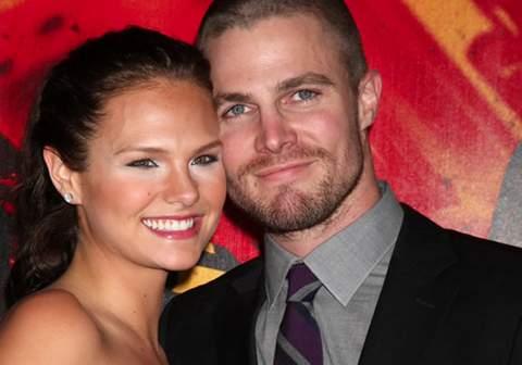 Stephen Amell y su mujer Cassandra Jean.